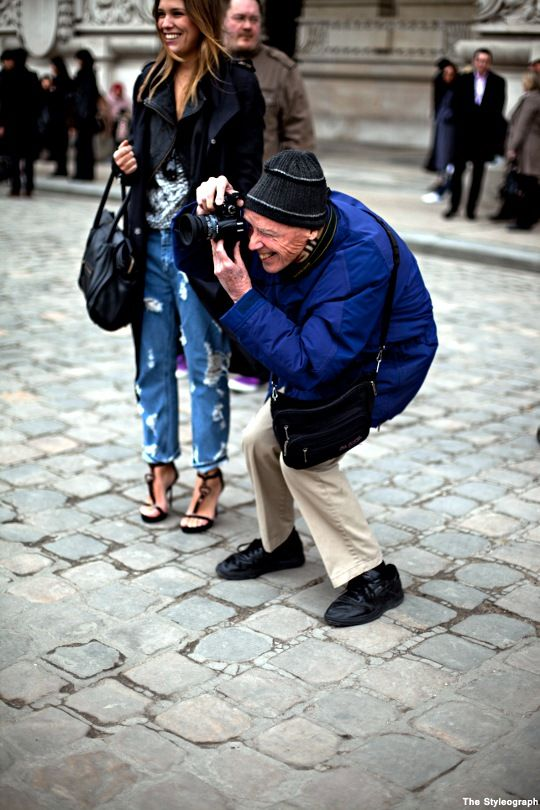 Bill Cunningham dans rue prend une photo