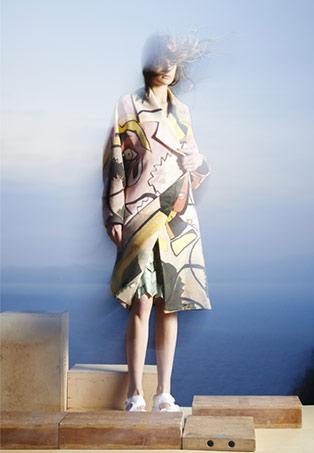 Wieke Sinnige – Manteau en laine sérigraphiée. Jupe en Tyvek® imprimé, plissée à la main avec découpes. Sandales en tissu stretch.