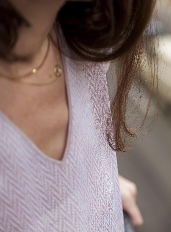 T-shirt col V à motif graphique Axel porté par Violaine Belle-Croix