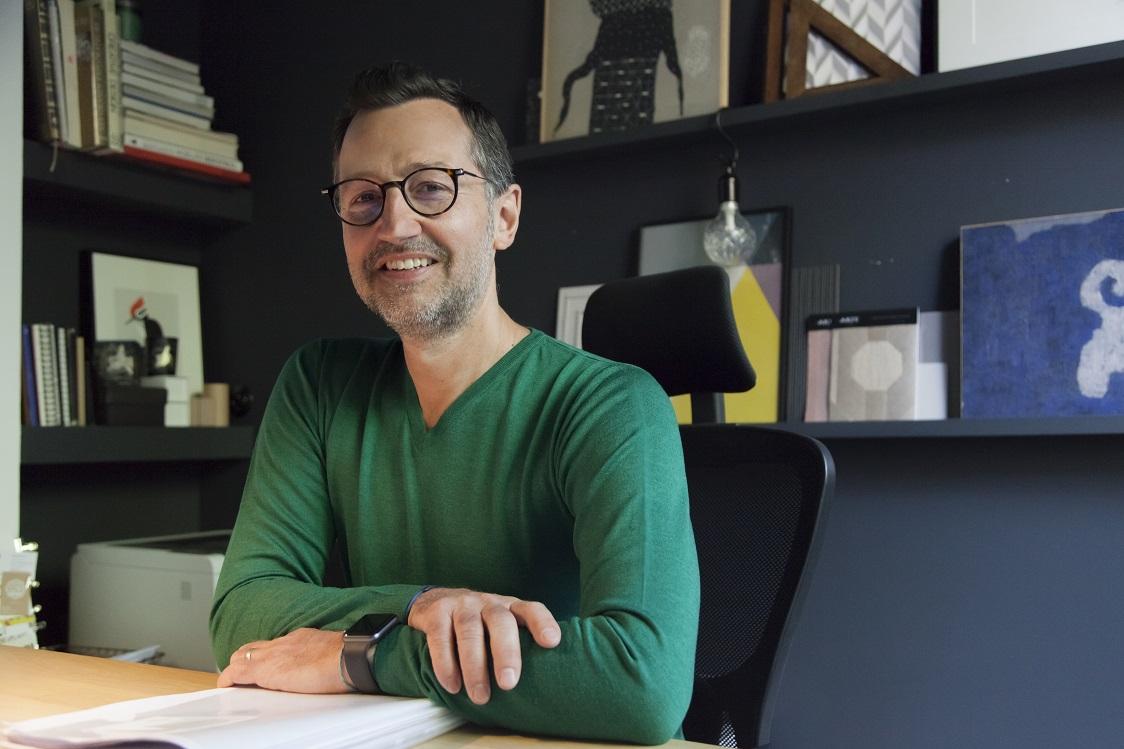 Thierry Michaut architecte de la boutique Lyon porte le pull col V en coloris Lutin Bessie